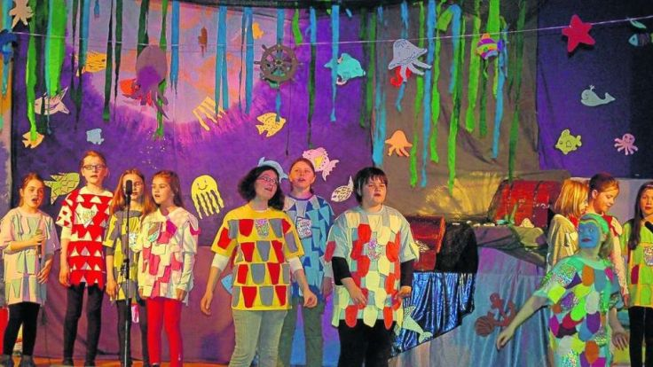 """2013 führte der Kinderchor Wippershain das Musical """"Der Regenbogenfisch"""" auf. Quelle: Hersfelder Zeitung"""