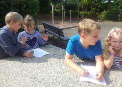 Die Viertklässler helfen beim Aufschreiben des Schulnamens