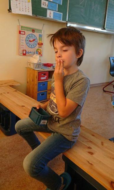 Ein wesentliches Element sind die Handzeichen, die mit jedem Buchstaben erlernt werden. Einerseits weisen die Zeichen auf wesentliche Zungen- oder Lippenbewegungen hin und fördern so die bessere Wahrnehmung des Lautiervorgangs, andererseits bieten sie einen anderskanaligen Zugang zum Erlernen der Buchstaben.